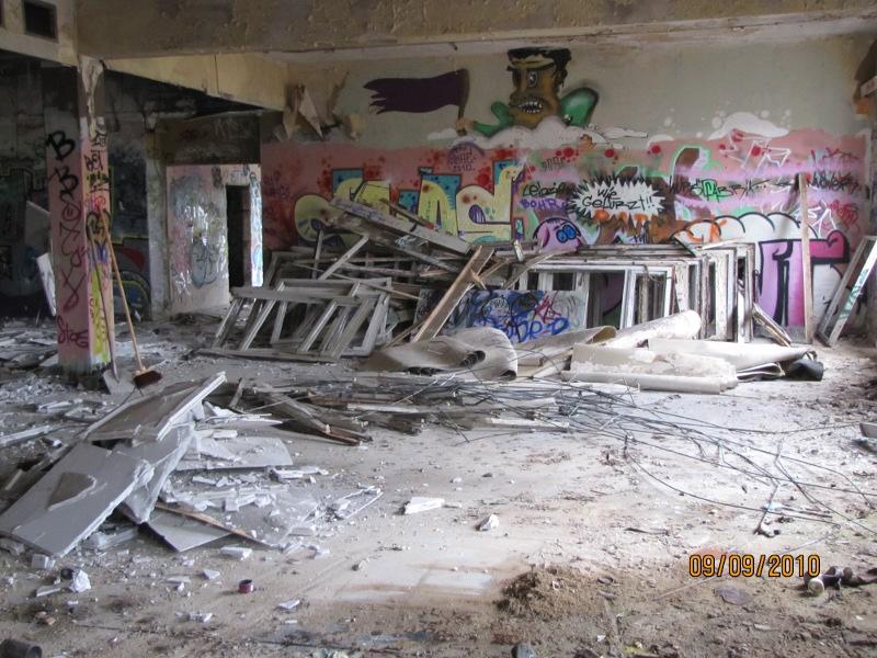 Innenasicht des Gebäudes welches abgerissen werden muss mit Bauschutt